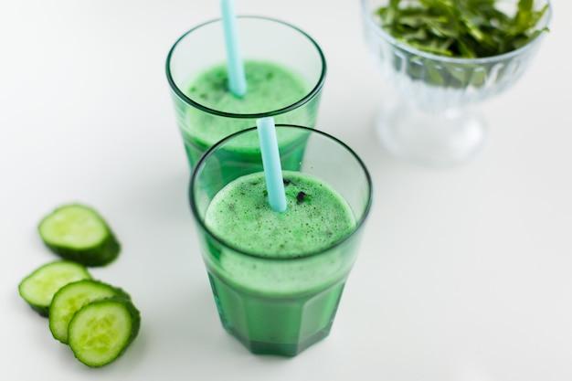 Bebida smoothy verde fresca