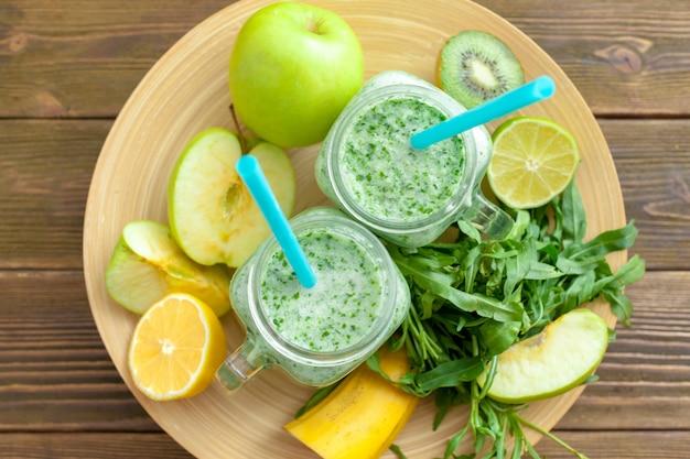 Bebida smoothy verde fresco