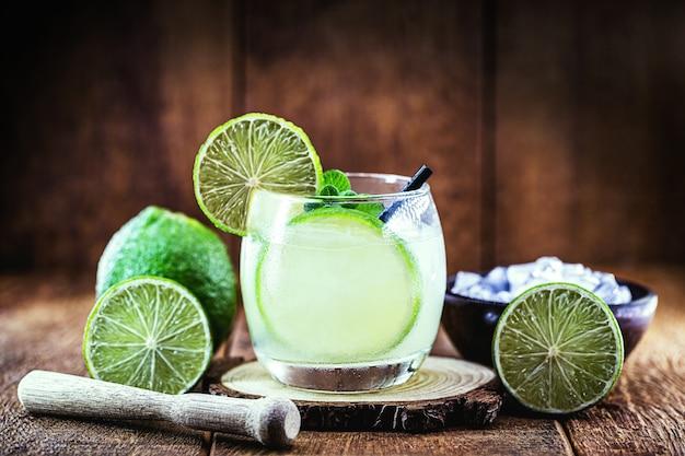 Bebida típica brasileira de álcool destilado com limão, chamada caipirinha, servida fria