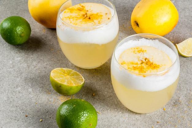 Bebida tradicional chilena, licor azedo de pisco com limão fresco