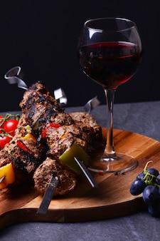 Bebida tradicional de vinho georgiano e kebab