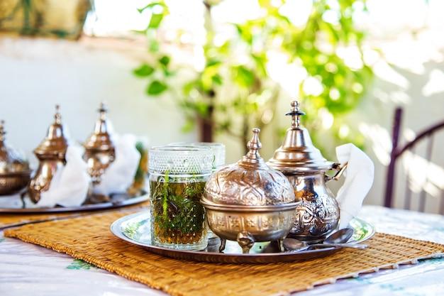 Bebida tradicional marroquina em um bule de chá.