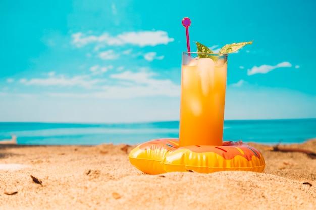 Bebida tropical na praia arenosa