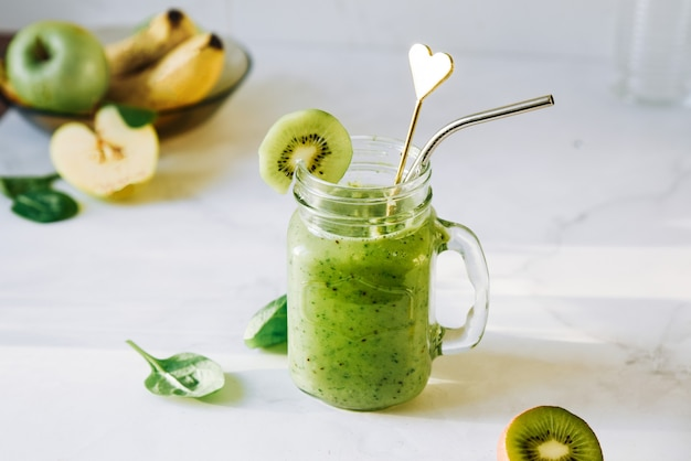 Bebida vegana, batido de dieta desintoxicante de frutas verdes, vegetais