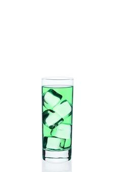 Bebida verde com cubos de gelo em um copo em branco. cocktail gelado exótico.