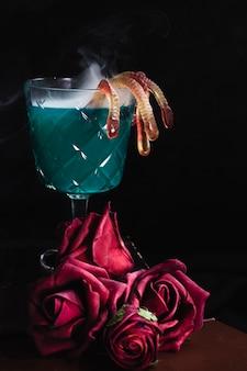 Bebida verde com geléia e rosas