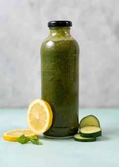 Bebida verde saudável com limão e pepino
