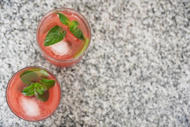 Bebida vermelha refrescante com ervas