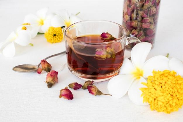 Bebidas à base de ervas saudáveis, chá quente de rosa