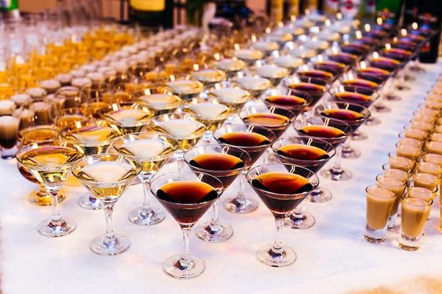 Bebidas alcoólicas caras de vários tipos em uma recepção de casamento de perto