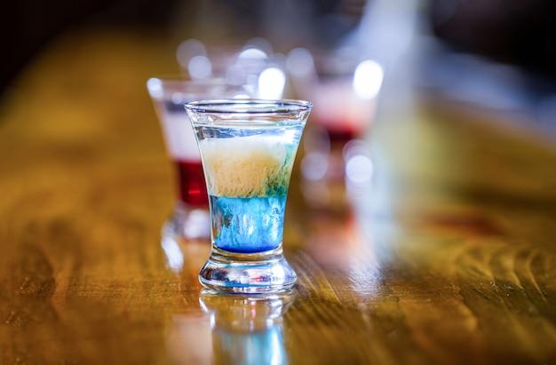 Bebidas alcoólicas em copos de shot.