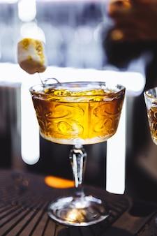 Bebidas alcoólicas em uma barra de granito foto de alta qualidade