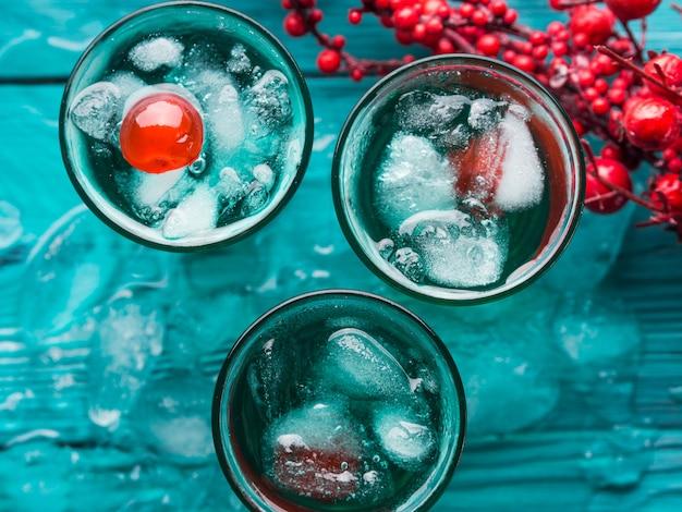 Bebidas alcoólicas verdes curtas com cereja