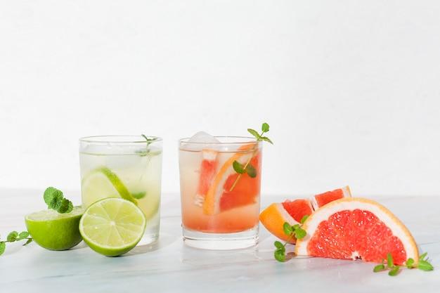 Bebidas cítricas frescas na mesa