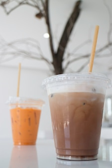 Bebidas com leite gelado em café branco, foto de estoque