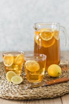Bebidas com rodelas de limão com frutas