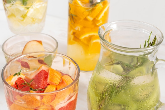 Bebidas com sabor de frutas na mesa