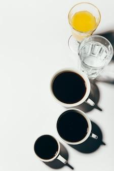 Bebidas da manhã, café, água, suco