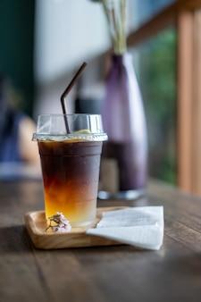 Bebidas de café preto frio colocadas sobre uma mesa de madeira