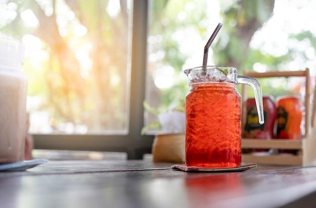 Bebidas de chá frio são colocadas na mesa do restaurante.