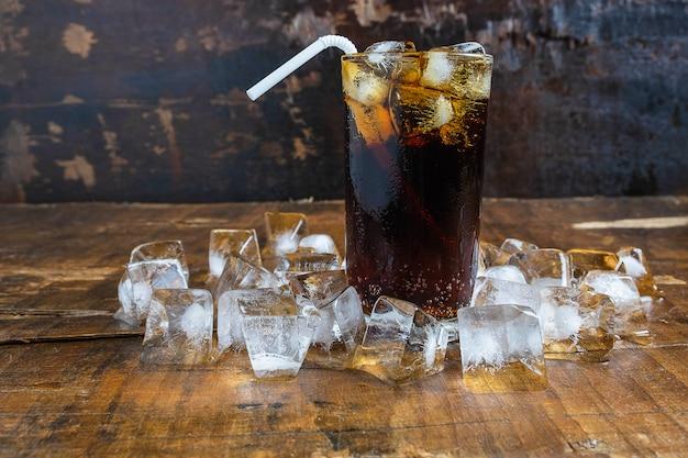 Bebidas de cola, refrigerantes pretos e gelo refrescante