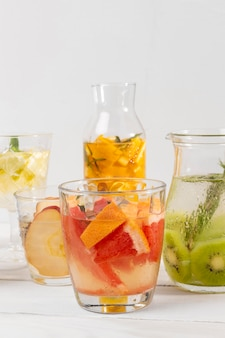 Bebidas de frutas cítricas na mesa