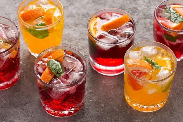 Bebidas de frutas de verão e água gelada, vista de cima
