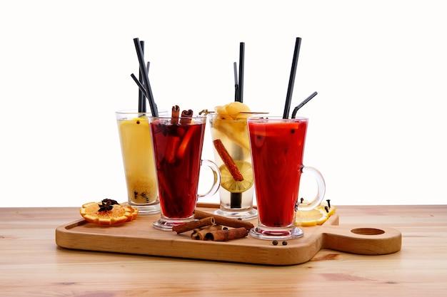 Bebidas de frutas quentes - framboesa com laranja, limão com gengibre, amora com mel e pêra com chá de limão