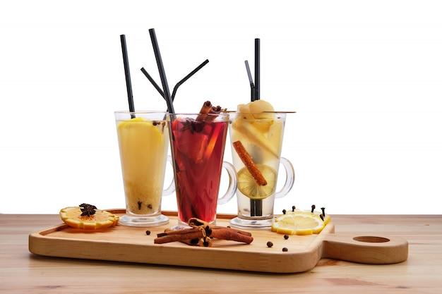 Bebidas de frutas quentes - framboesa com laranja, limão com gengibre e pêra com chá de limão