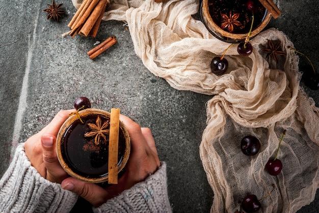 Bebidas de outono e inverno. sangria de cereja quente com canela, anis, vinho e especiarias