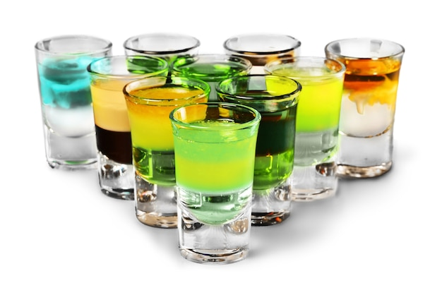 Bebidas de shot colorido em um fundo branco com reflexos