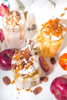 Bebidas de smoothie de torta de maçã, abóbora e noz-pecã. conjunto de coquetéis com sabor de bolo assado no outono tradicional, no espaço de cópia de fundo branco