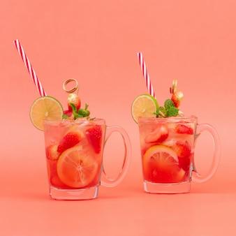 Bebidas de suco de limonada de morango frio