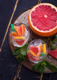 Bebidas de verão com grapefruit e gelo