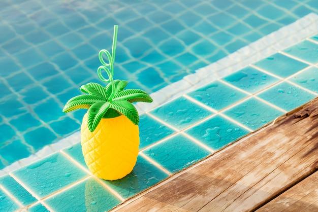 Bebidas de verão tropical ao lado da piscina