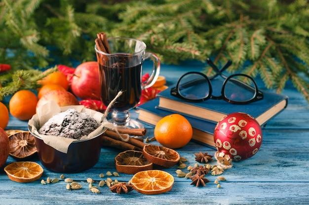 Bebidas de vinho quentes com arranjo picante e doce, tiro na mesa de madeira velha