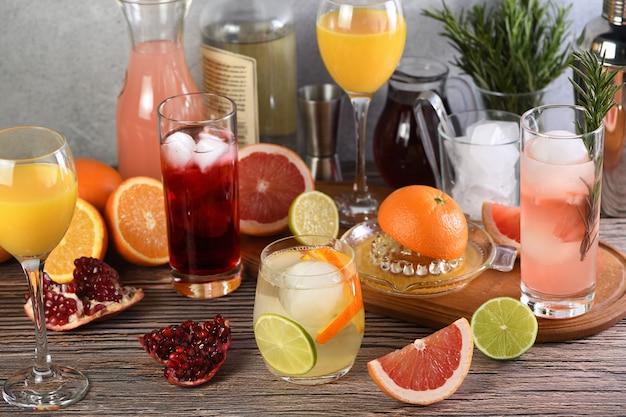 Bebidas e coquetéis à base de gim com diversas frutas cítricas