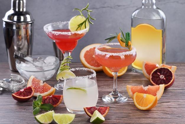 Bebidas e coquetéis com diferentes frutas cítricas à base de tequila