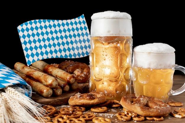 Bebidas e lanches bávaros em uma mesa