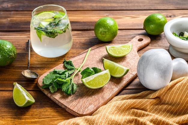 Bebidas fazendo ferramentas e ingredientes para coquetéis, limonada, mojito.