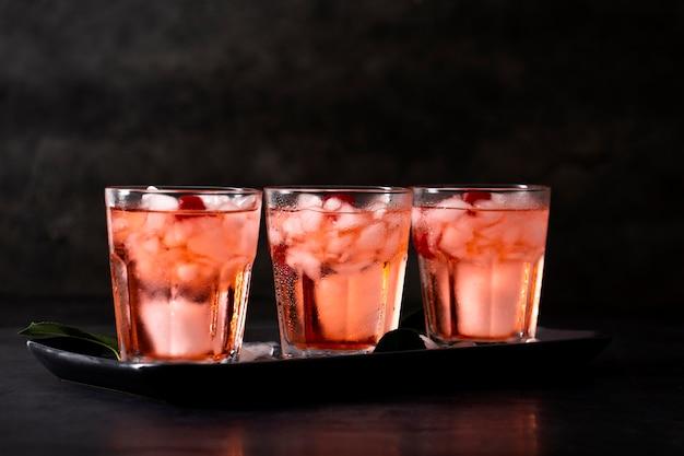 Bebidas frescas com cubos de gelo
