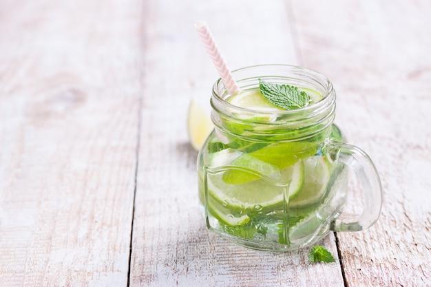Bebidas frescas com limão e ervas aromáticas
