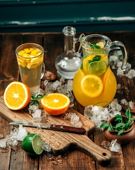 Bebidas frescas com muito gelo na mesa