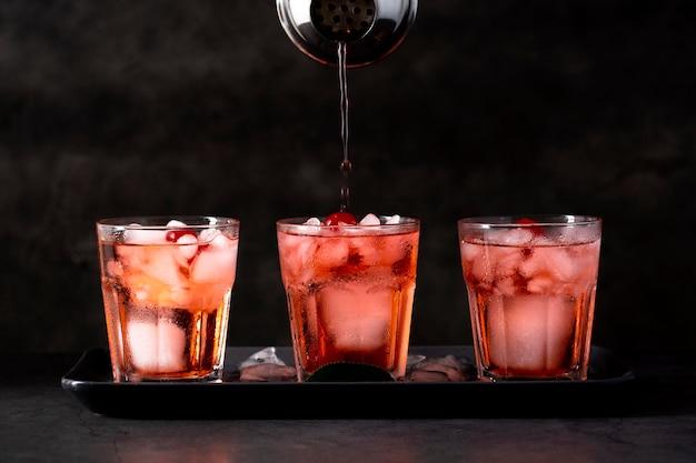 Bebidas frescas com variedade de cubos de gelo
