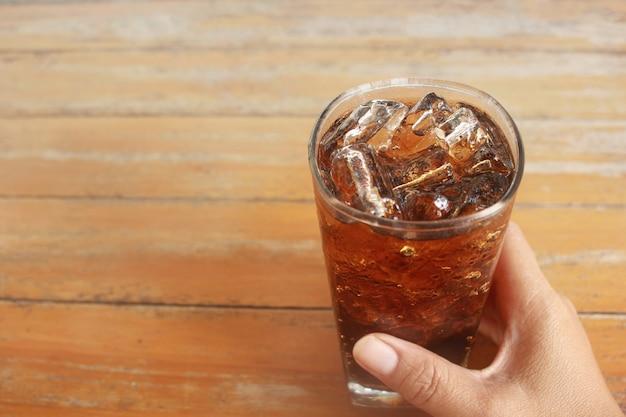 Bebidas frias em uma mesa de madeira no verão.