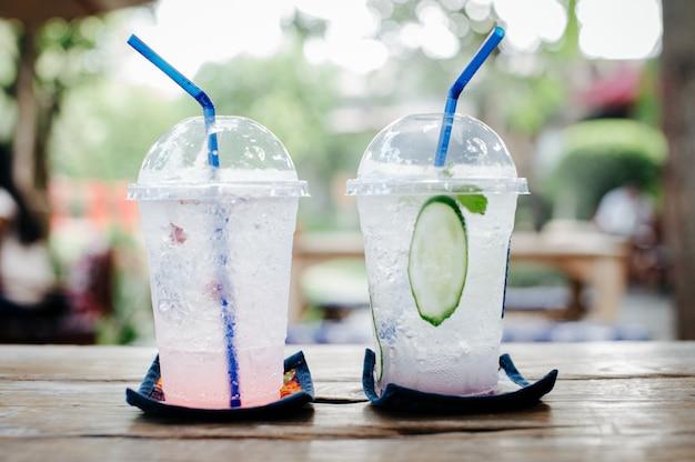 Bebidas geladas com uma atmosfera brilhante e refrescante pela manhã fazem com que ele trabalhe duro.