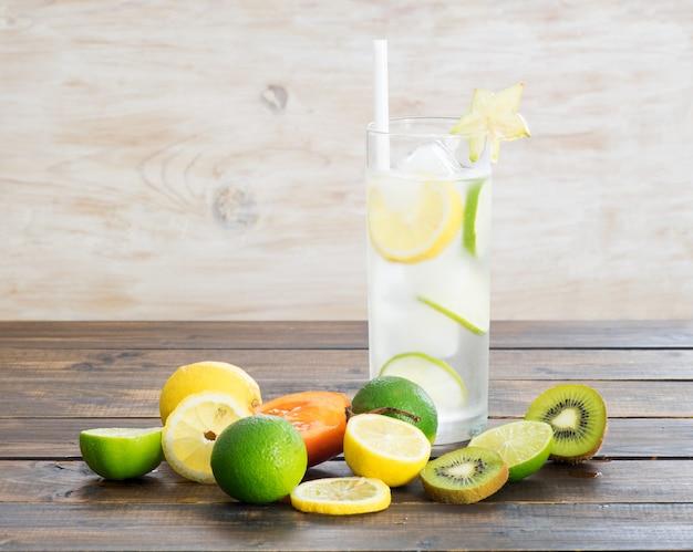 Bebidas geladas e frutas exóticas