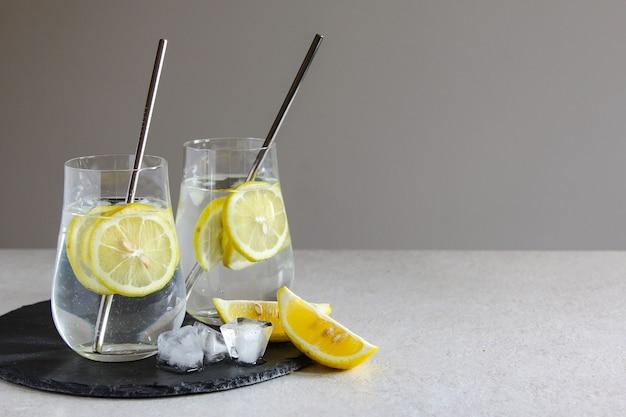Bebidas geladas em garrafinhas de cerejas e limonada ou coquetel de limão