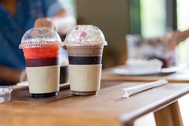 Bebidas geladas são colocadas na mesa do restaurante.