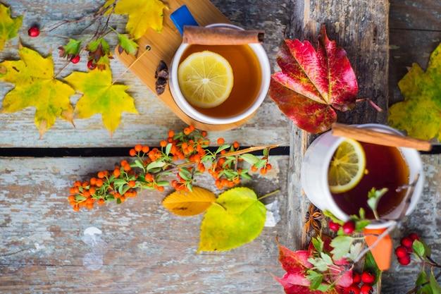 Bebidas outonais com folhas amarelas